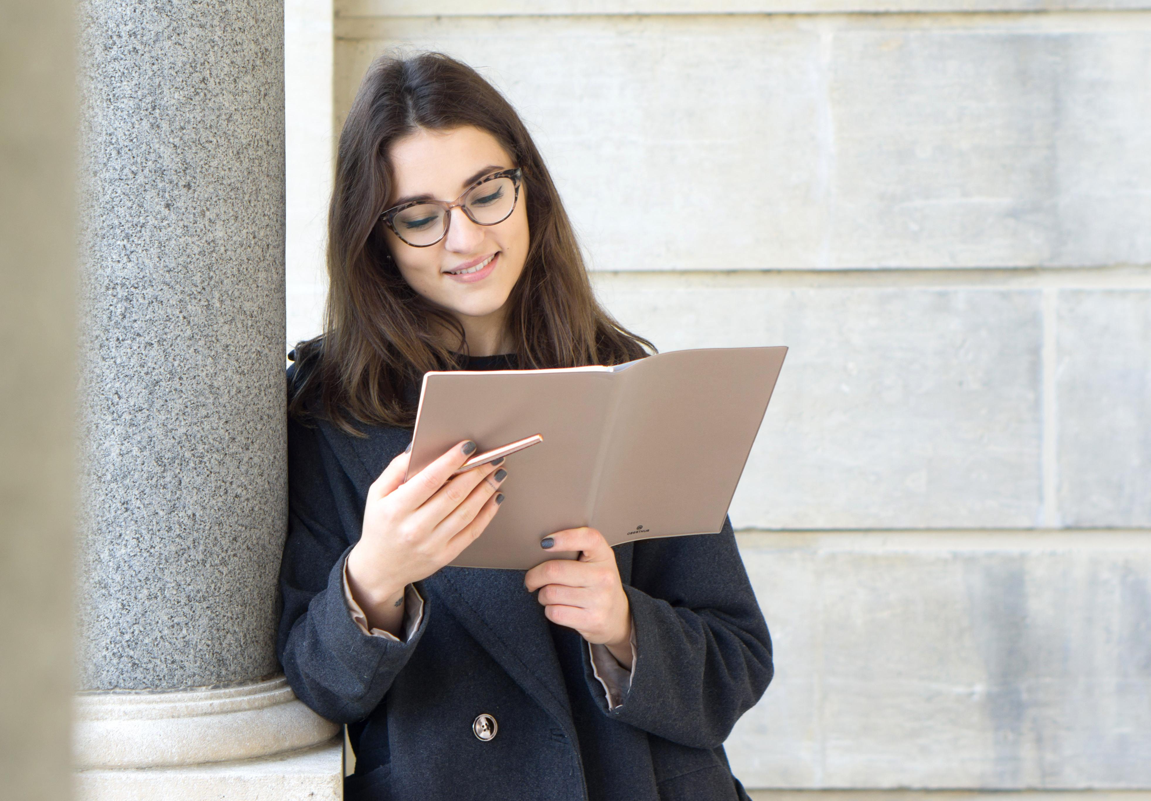 2-organisation-agenda-stylo-parcoberthur-portrait-sourire-résolutions-janvier2018-conseils-article-blog-oberthur-lifestyle-papeterie-rennes