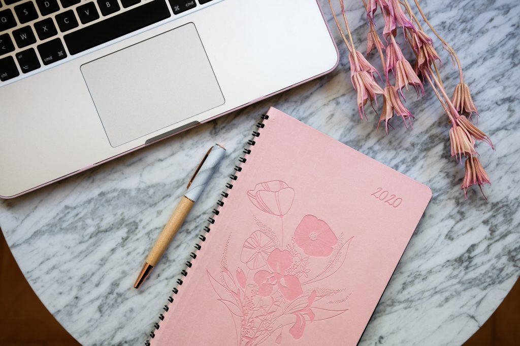 3-Octobre-Rose-selection-oberthur-papeterie-agenda-carnet-stylo-roller