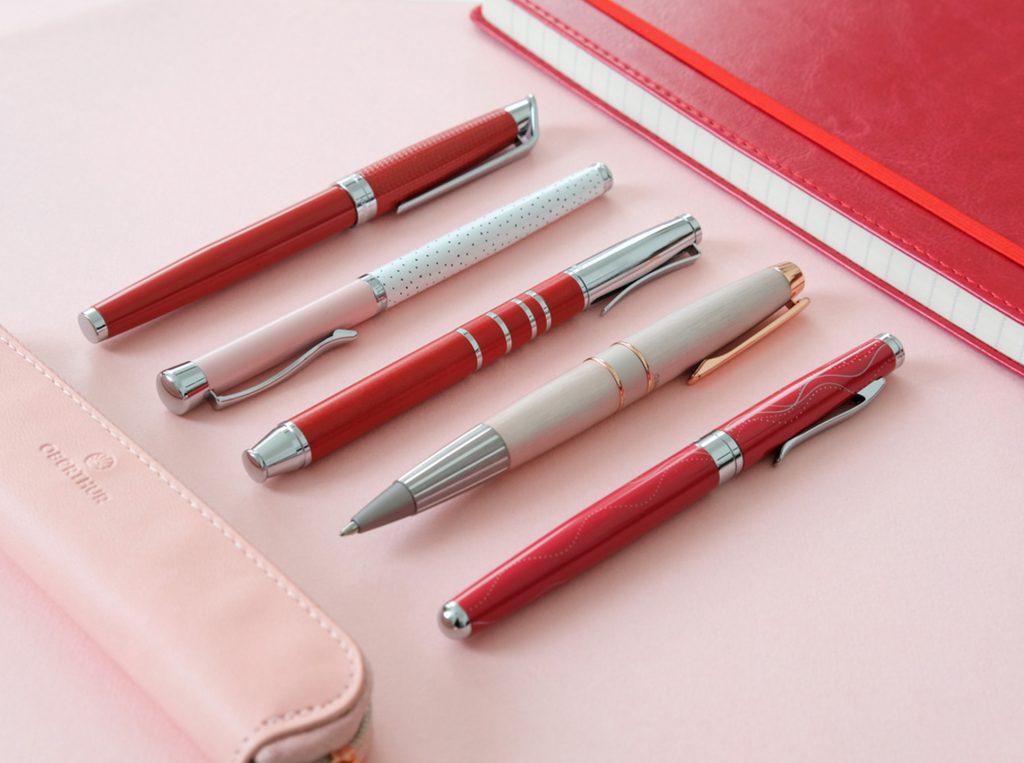 1-blog-oberthur-idees-cadeaux-saint-valentin-stylo-ecriture-plume-roller-bille-rose-rouge
